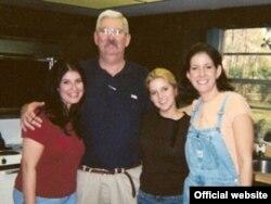 رابرت لوینسون در کنار فرزندانش- آقای لوینسون که اکنون ۶۳ سال دارد دارای هفت فرزند و دو نوه است.
