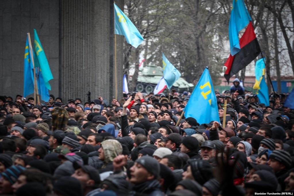 Глава Меджлиса Рефат Чубаров потребовал от спикера крымского парламента Владимира Константинова перенести или отменить внеочередную сессию, чтобы избежать противостояния и дальнейшего обострения ситуации в Крыму
