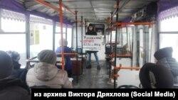 Студент на акции протеста против отмены льгот на проезд в Барнауле