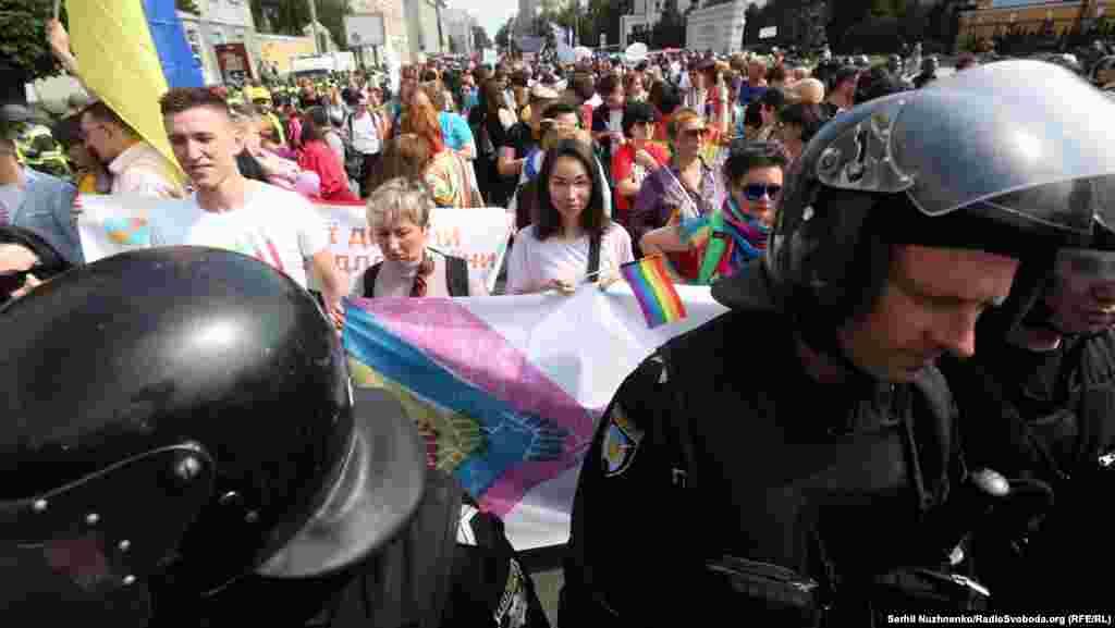 В шествии участвовали около одной тысячи человек. Ихохранялиоколо пяти с половиной тысяч сотрудников полиции.