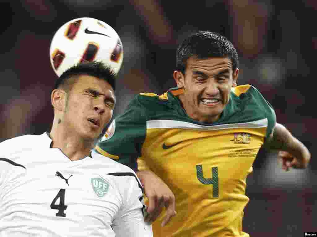 Quatar -- Australia's Tim Cahill and Uzbekistan's Anzur Ismailov fight for the ball during their 2011 Asian Cup semi-final soccer match in Doha, 25Jan2011 - Australia's Tim Cahill and Uzbekistan's Anzur Ismailov fight for the ball during their 2011 Asian Cup semi-final soccer match at Khalifa stadium in Doha January 25, 2011. REUTERS/Mohammed Dabbous (QATAR - Tags: SPORT SOCCER)