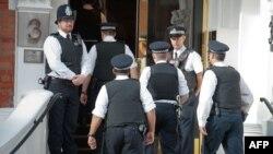 Pripadnici policije ispred ambasade Ekvadora u Londonu, 17. avgust 2012.