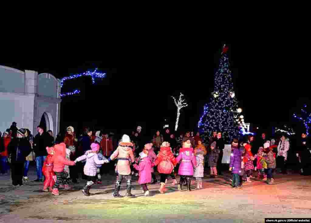 Селище Чорноморське. Цього року головна ялинка Чорноморського району вперше встановлена в парку «Комсомольський», тут же відбуватимуться всі новорічні та різдвяні свята.