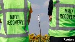 Ekspertët duke zhvilluar hetime në vendin e rrëzimit të aeroplanit MH17