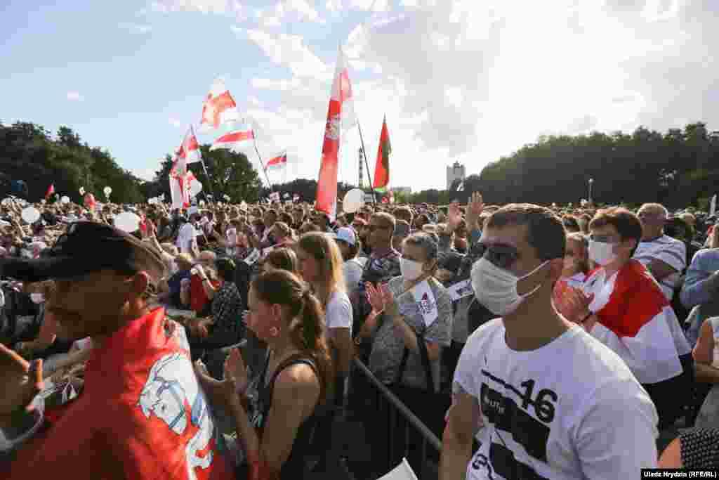 Дзясяткі тысяч людзей прыйшлі на выбарчы мітынг Сьвятланы Ціханоўскай у Менску 30 ліпеня.