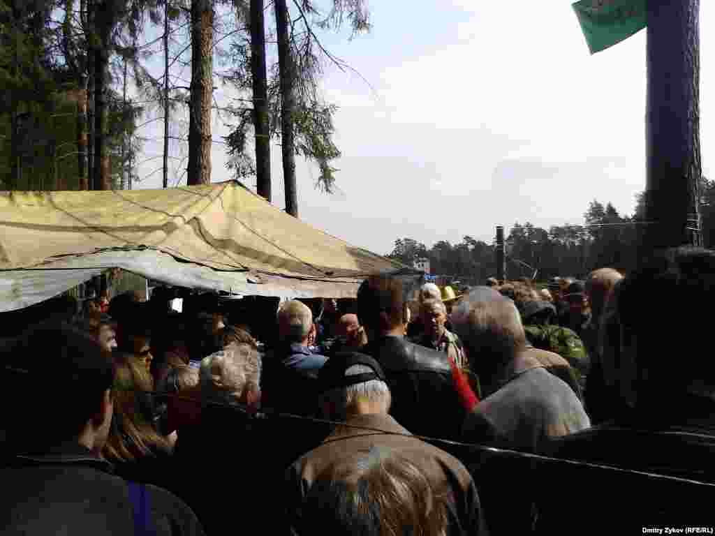 Около 200 человек собралось на народный сход в Цаговском лесу в Жуковском