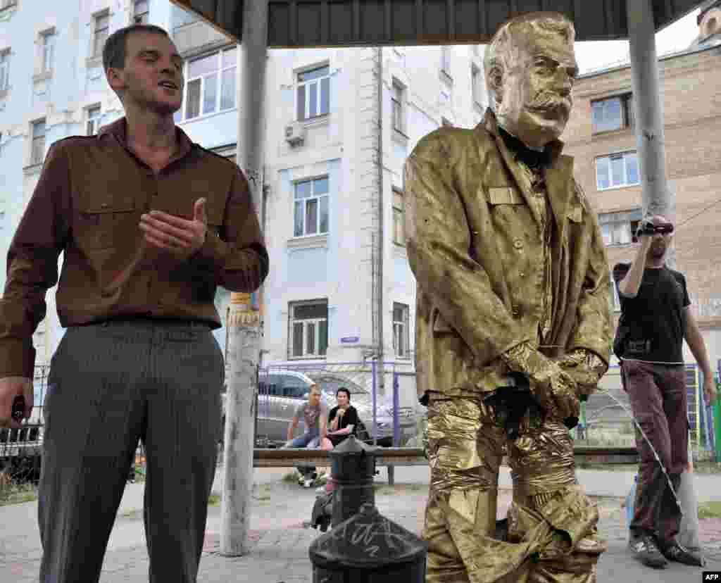"""В мае 2012 года в Киеве группа активистов установила карикатурный памятник """"писающему Сталину"""", назвав это """"арт-провокацией"""""""