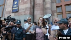 Акция протеста сотрудников завода «Наират» перед зданием правительства, Ереван, 16 июля 2015 г.