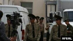 Сотрудники конвойной службы перед зданием городского суда Астаны, 12 июля 2010 года.