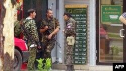 """Сторонники """"ДНР"""" возле отделения банка в Донецке. Июль 2014 года"""