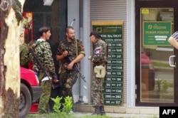 Бойовики угруповання «ДНР» біля банку в Донецьку, 7 липня 2014 року