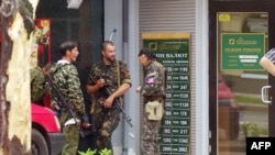 Боевики группировки «ДНР» возле отделения банка в Донецке. Июнь 2014 года