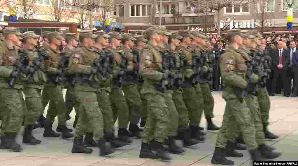 КОСОВО - Србија предупреди дека создавањето на косовска армија би можело да има непредвидливи последици за безбедноста во регионот. До ваквите реакции на Белград дојде откако Собранието на Косово даде прелиминарно одобрување на законите за зголемување на бројот и на ингеренциите на косовските безбедносни сили.