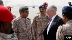 Ministrul americal al apărării Defense Secretary James Mattis (centr-dreapta) e întîmpinat de șeful Statului Major al armatei saudite, generalul Abdul Rahman Al Banyan, baza aeriană Riyad, 18 aprilie 2017