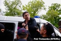 Полиция наразылық шарасына келгендердің бірін ұстап жатыр. Алматы, 1 мамыр 2019 жыл.