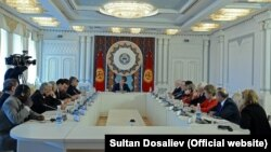 Алмазбек Атамбаев на встрече с наблюдателями. Бишкек, 16 октября 2017 года.