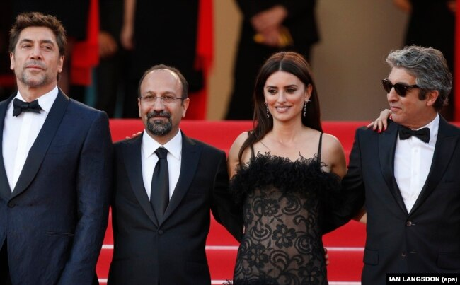FRANCE -- (L-R) Javier Bardem, Asghar Farhadi, Penelope Cruz and Ricardo Darin arrive for the screening of ?Everybody Knows? (Todos Lo Saben) and the Opening Ceremony of the 71st annual Cannes Film Festival in Cannes, France, 08 May 2018. Presented in com