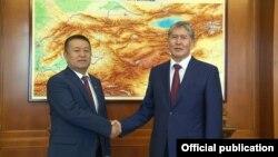 Президент Алмазбек Атамбаев менен Социал-демократтар фракциясынын лидери Чыныбай Турсунбеков. 29-октябрь, 2015-жыл