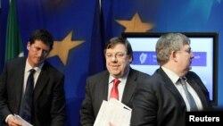 Premierul irlandez Brian Cowen (în centru)