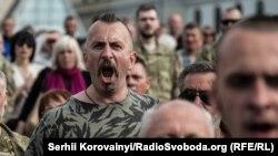 Василь Сліпак на майдані Незалежності під час прощання із загиблими бійцями «Правого сектору». 14 червня 2016 року