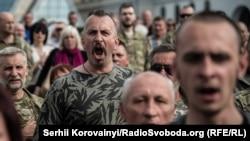 Василь Сліпак на майдані Незалежності під час прощання із загиблими бійцями «Правого сектору». 14 червня 2016 рок