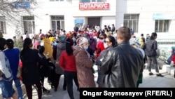 Желающие получить обещанные властями выплаты в размере 42 500 тенге по потере дохода у почтового отделения. Кызылорда, 6 апреля 2020 года.