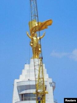 Niyazovun qızıl heykəli Gurbanguly Berdymukhammedov hakimiyyətə gələndə sökülmüşdü.