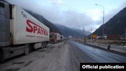 Ռուս-վրացական սահմանի Վերին Լարսի անցակետի մոտ կուտակված՝ Հայաստան ժամանող բեռնատարներ, արխիվ