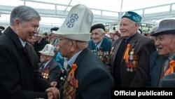 Алмазбек Атамбаев согуш ардагерлери менен. 9-май, 2016-жыл.