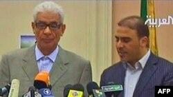 موسا کوسه (چپ)، وزیر خارجه لیبی، به همراه سخنگوی دولت لیبی
