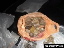 2,3 кілограми бурштину конфіскували в Сарнах працівники СБУ (фото надіслане прес-службою прокуратури Рівненської області)