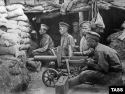 Русские солдаты на боевых позициях. Снимок 1915 года