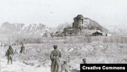 """Совет одағының Ауғанстандағы соғысы Кабулдағы Хафизулла Әминнің сарайына шабуылдан басталды. Оған негізінен СССР-дегі этникалық өзбек, тәжік, түркімендерден жасақталған, Ауғанстанға жасырын келген """"мұсылман батальоны"""" қатысқан. Сурет 1980 жылы түсірілген."""