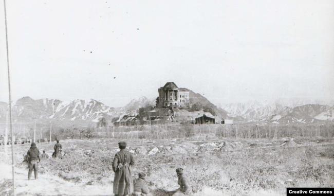 Soviet troops surround the Tajbeg Palace on December 27, 1979.