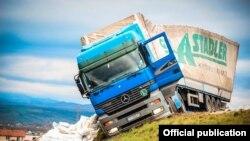 Fotografi e kamionit të përmbysur nga Lëvizja Vetëvendosje