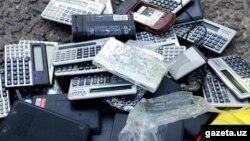 Жарамсыз ескі ұялы телефондар мен калькуляторлар. (Көрнекі сурет)