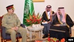 پاکستان: د پاکستان لوی درستیز جنرال راحېل شرف د سعودي عرب ځایناستي شهزاده بن عبدالعزیز ال-سعود سره په اسلام اباد کې د لیدو پر مهال، ۱۷م فبروري، ۲۰۱۴