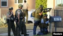 Полицейские на месте вооруженного нападения в городе Сан-Бернардино. 2 декабря 2015 года.