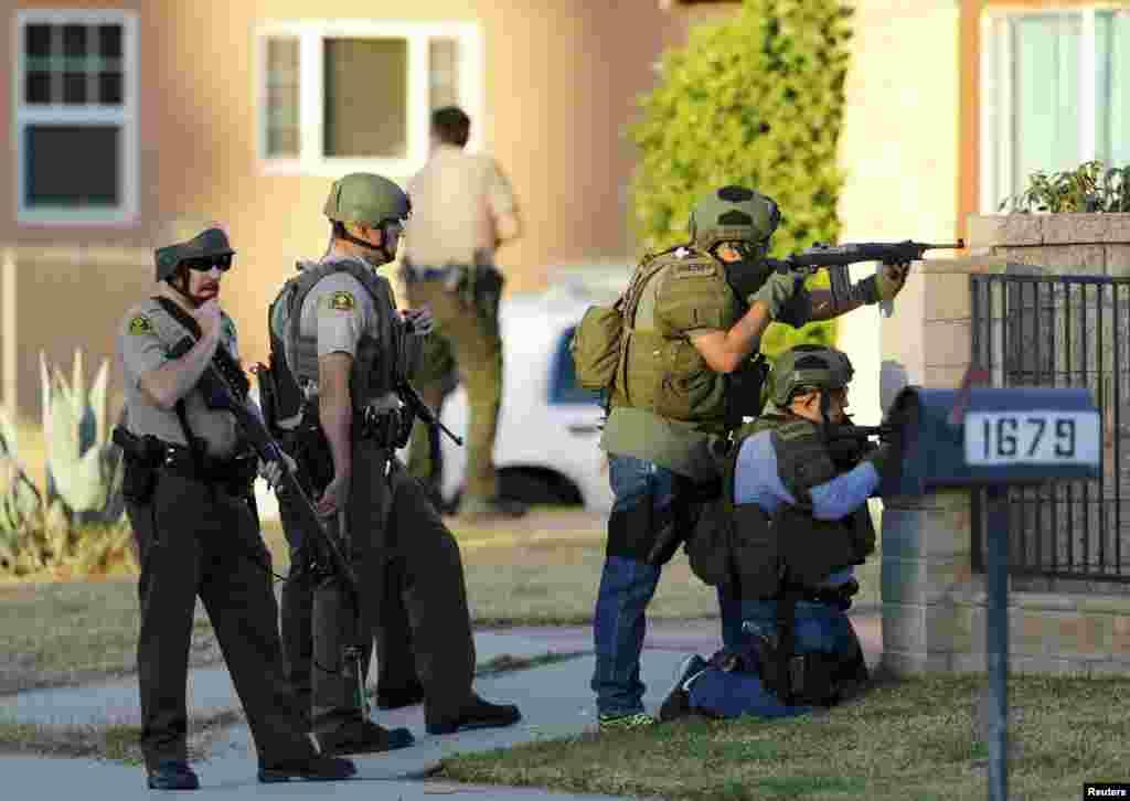 Полицейский спецназ прочесывает дома вокруг места преступления. 2 декабря