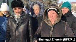 Многодетные родители у здания акимата Актюбинской области. Актобе, 7 февраля 2019 года.