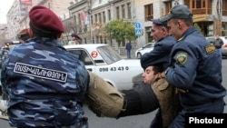 Полицейские подвергают приводу участников акции протеста, Ереван, 2 декабря 2013 г․