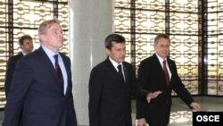 Litwanyň daşary işler ministri we ÝHHG-nyň gezekli başlygy Audronius Ažubalis (çepde), Türkmenistanyň daşary işler ministri Raşid Meredow (ortada) we ÝHHG-niň Aşgabatdaky edarasynyň ýolbaşçysy, ilçi Sergeý Belýaýew Aşgabatda, 2011-nji ýylyň 2-nji iýuny.