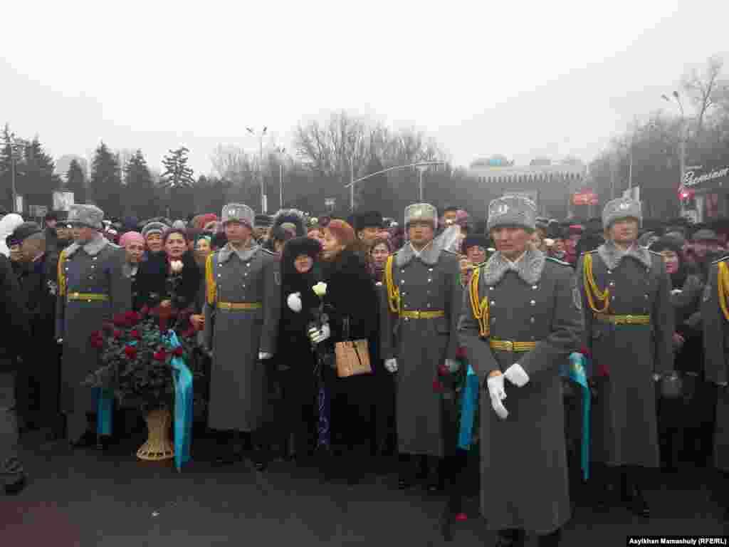 Церемония возложения цветов прошла в сопровождении духовой музыки, которую исполнял воинский оркестр.