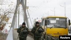 Дотеперішній Московський міст через Дніпро в Києві з патрулем Нацгвардії, фото 2015 року