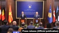 Архивска фотографија. Приштина, Министрите за надворешни работи Никола Димитров и Беџет Пацоли.