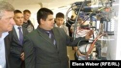 Участники выставки инновационных проектов стоят у стенда Карагандинского политехнического колледжа. Темиртау, 26 апреля 2013 года.