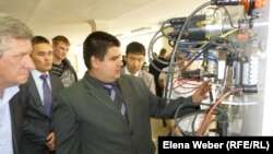 На выставке инновационных проектов учебных заведений. Темиртау, 26 апреля 2013 года.