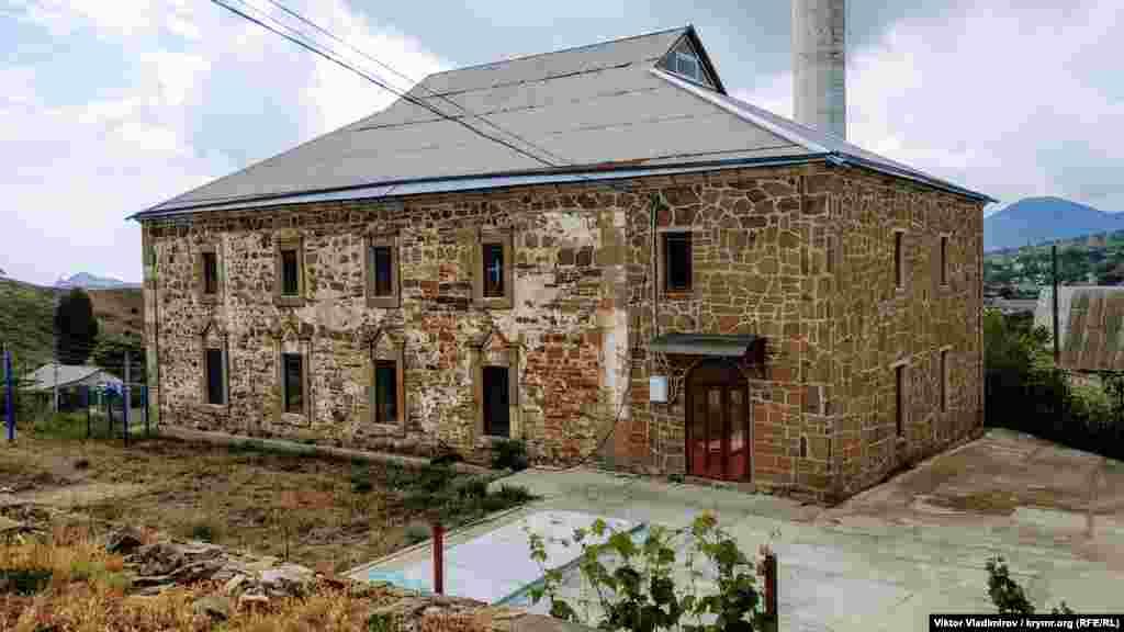 Будівля мечеті являє собою прямокутну споруду, орієнтовану з півночі на південь. Первісне покриття було черепичне («кримка» або «татарка»)