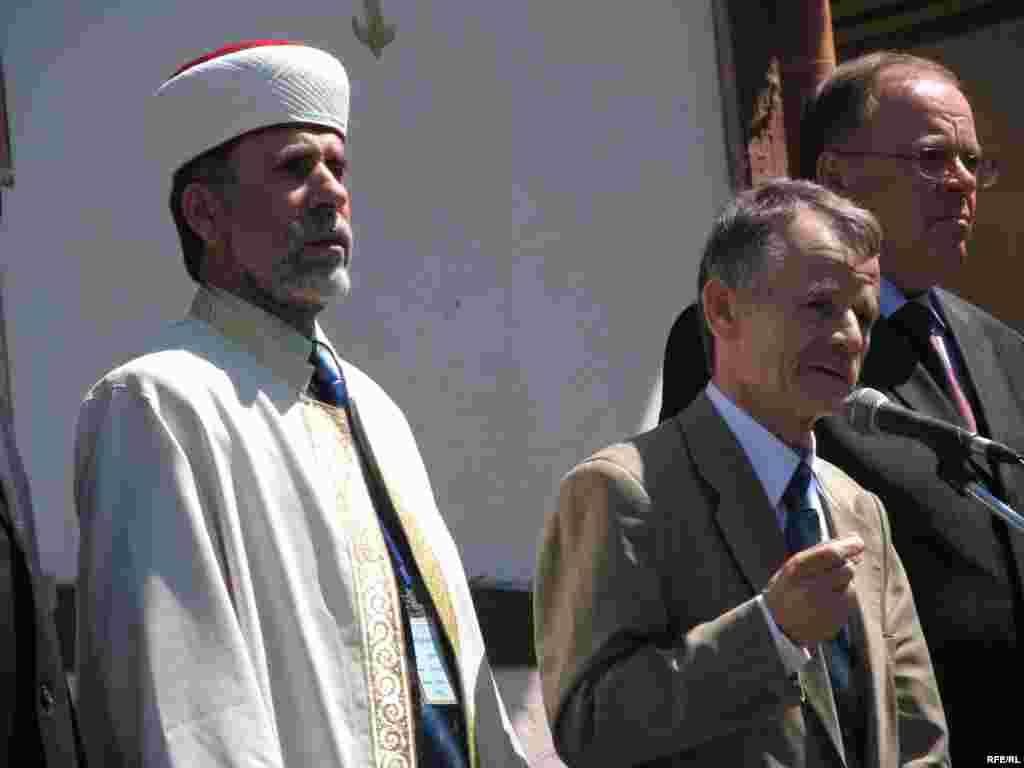 Bağçasarayda Krım tatarlarının müftisi Hacı Emiralı Ablayev (solda), Mustafa Cemilev və Ukrayna prezidentinin təmsilçisi Leonid Zhunko, 19 may 2009