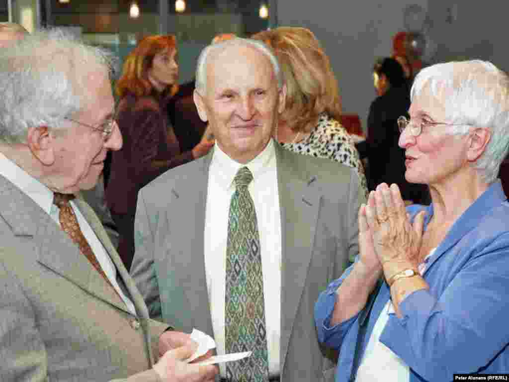 Former RFE Romanian Service Director Nestor Ratesh (l) chatting with former RFE Belarusian Service Director Walter Stankievich and his wife, Joanne (r) at RFE's 60th anniversary reception at the Newseum in Washington, DC.